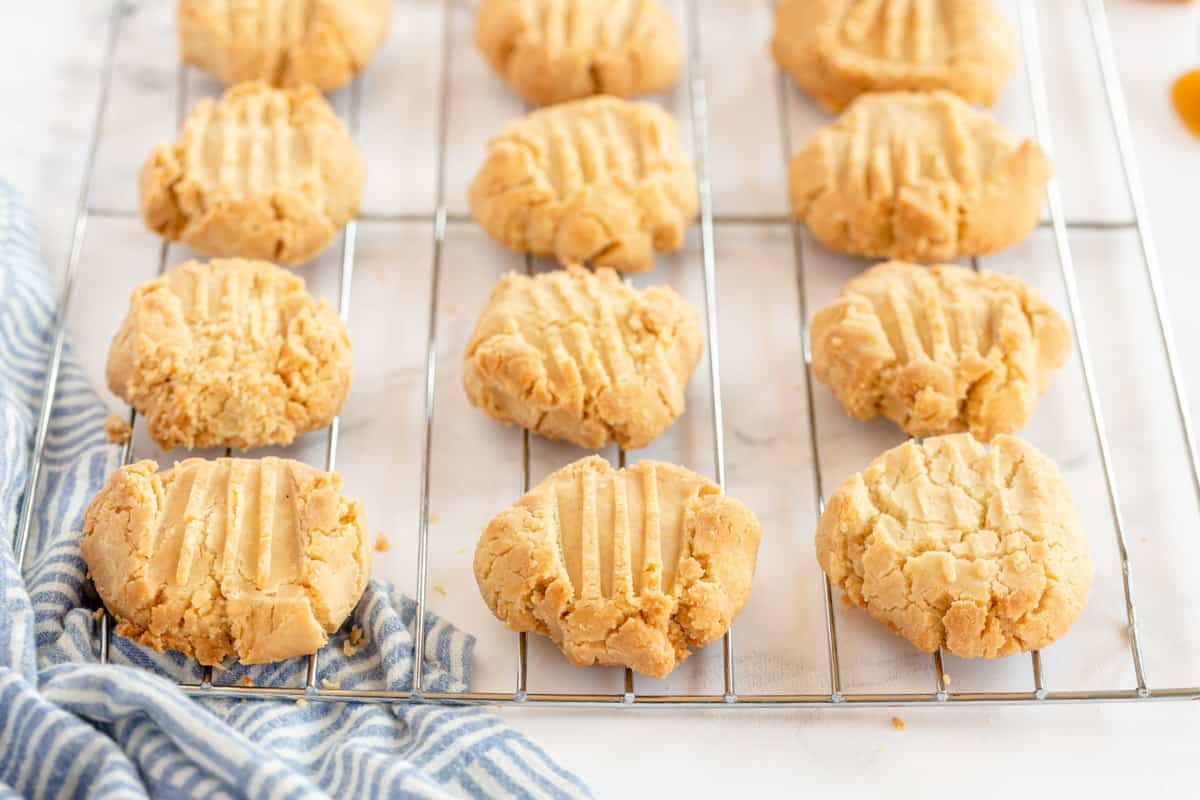 vanilla caramel cookies on a cooling rack