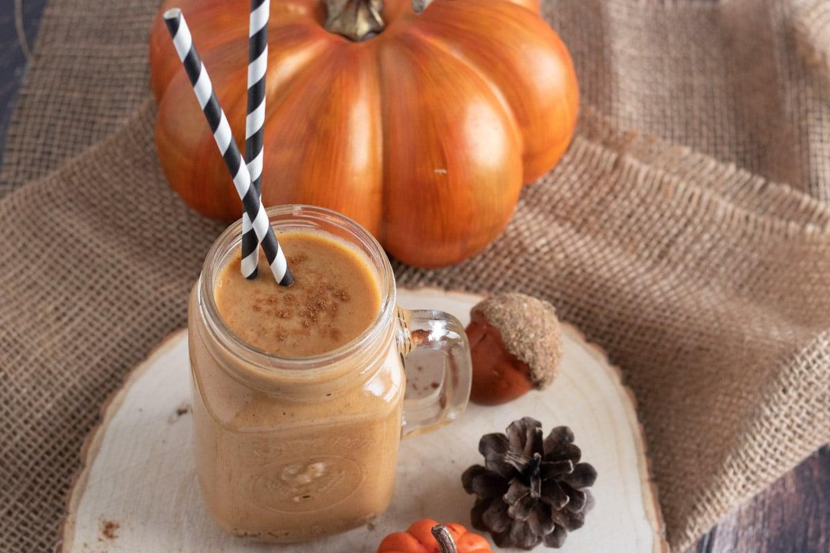 pumpkin pie smoothie with black and white straws